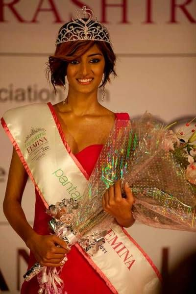 Erica Fernandes with Miss Maharashtra 2011Crown