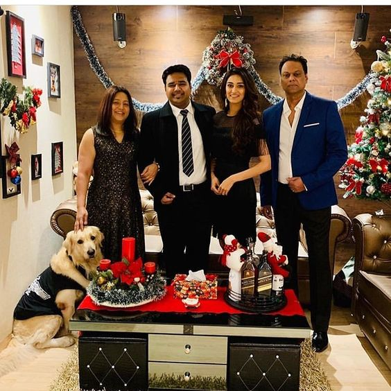 Erica Fernandes and her complete family during Christmas